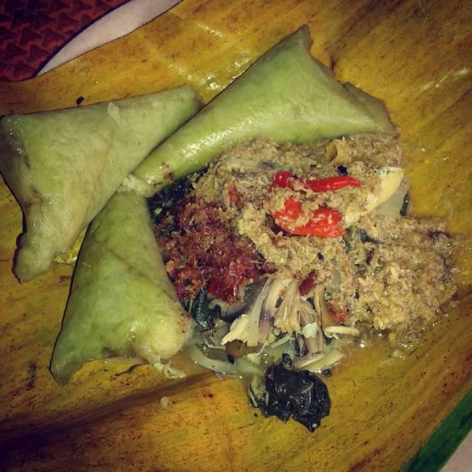 Lontong Serapah adalah salah satu dari 5 Kuliner Bali Barat yang harus kamu coba!
