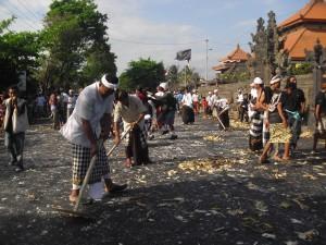 Serunya Perang Tipat di Desa Kapal Mengwi