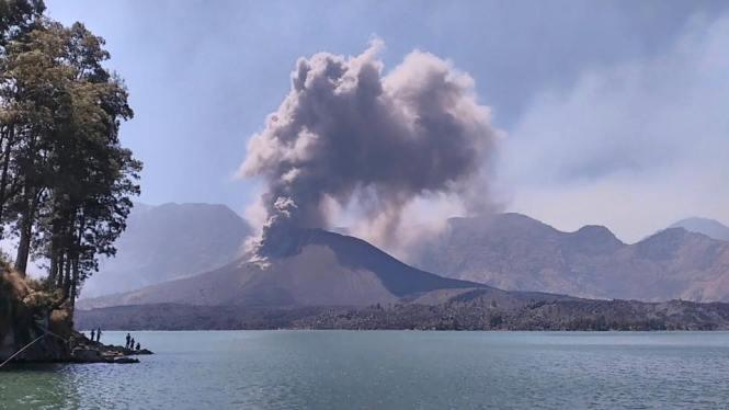 Foto Letusan Gunung Barujari di Puncak Gunung Rinjani diamati dari dekat Danau Segara Anak