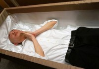 Sensasi Berbaring di Dalam Peti Mati Yang Konyol Di Jepang