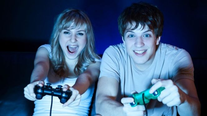 15 Alasan Kenapa Punya Pacar Gamer Itu Asik Sekali!