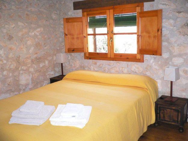 Cama situada en el altillo de la Casa rural la pallissa .- Casa rural tarragona