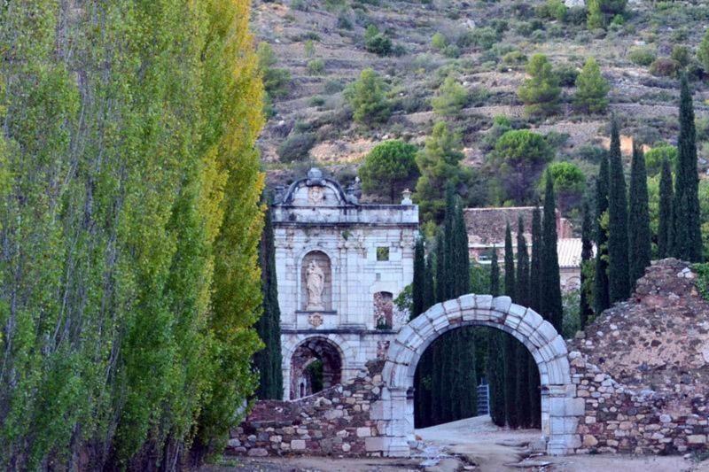 Arc de l'estrada al conjunt de Scala Dei al Priorat
