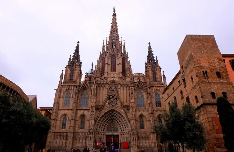 Façade de la Cathédrale Sainte-Croix à Barcelone