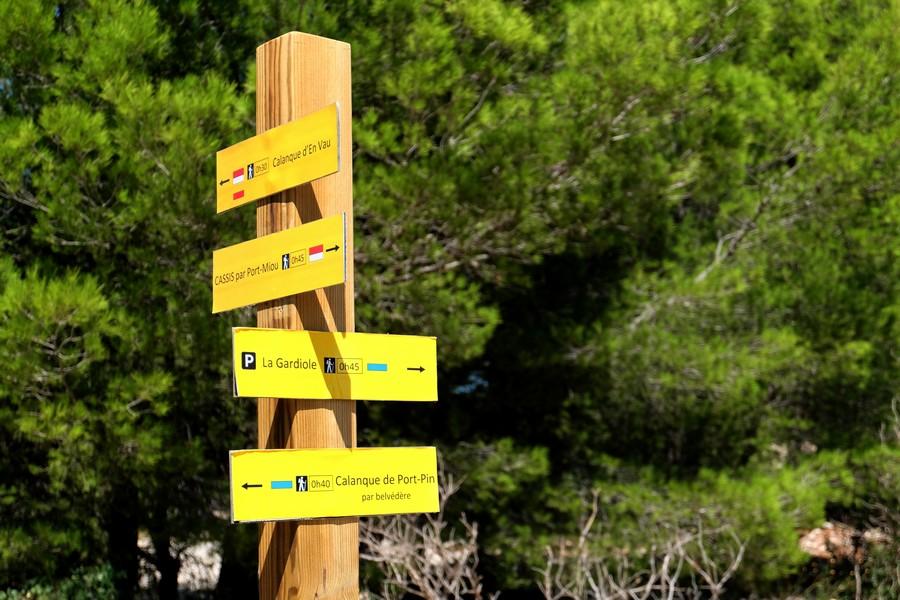 Panneaux d'indication pour la randonnée dans les Calanques à Cassis