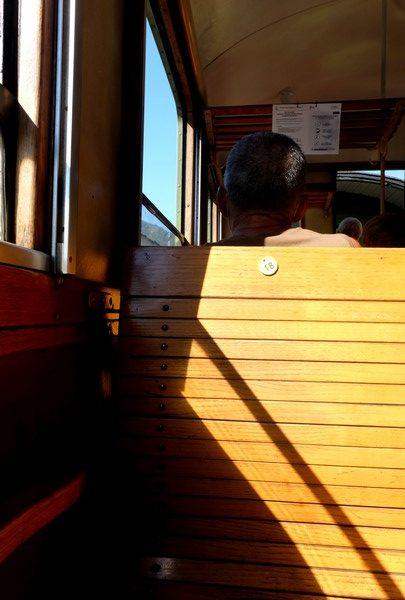 Banquette en bois verni dans le train des pignes à vapeur