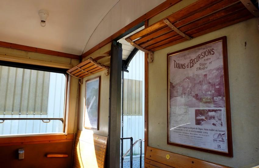 L'intérieur du train des pignes à vapeur des Chemins de Fer de Provence