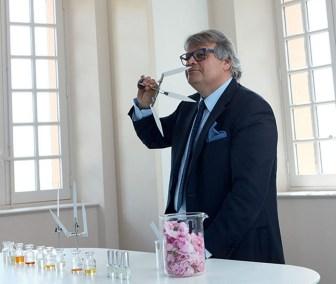 Grasse : Jacques Cavallier-Belletrud s'entraine au sniffage de mouillette pour le concours chez LVMH