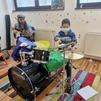 Servicii specializate de terapie prin muzica și mișcare, suport emotional destinate copiilor cu autism.  Proiect sprijinit de Fundația Pentru Comunitate prin programului MOL Pentru Sanatatea Copiilor