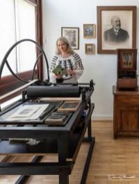 """""""Oameni mari"""", de Doru Munteanu """"Carte cu scriitori"""", de Ciprian-Laurențiu Tudor """"Cimitirul eroilor"""", de Adrian Lesenciuc """"Viață de împrumut"""", de Doru Munteanu Model: Dana Anghelescu"""