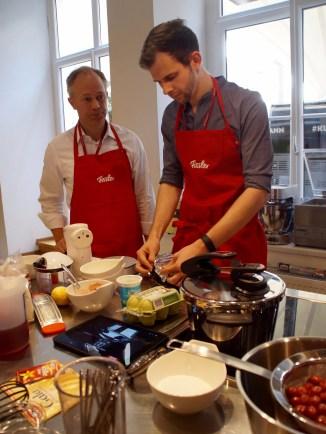 In Aktion beim Cheesecake aus dem Schnellkochtopf. (Foto: Anna Vetter von http://www.naschkatze-auf-abwegen.de)