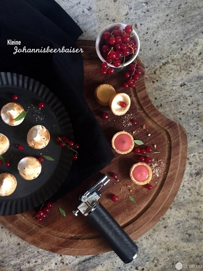 Kleine Johannisbeerbaisers sind fertig mit säuerlicher Johannisbeercreme und süßem Baiser.