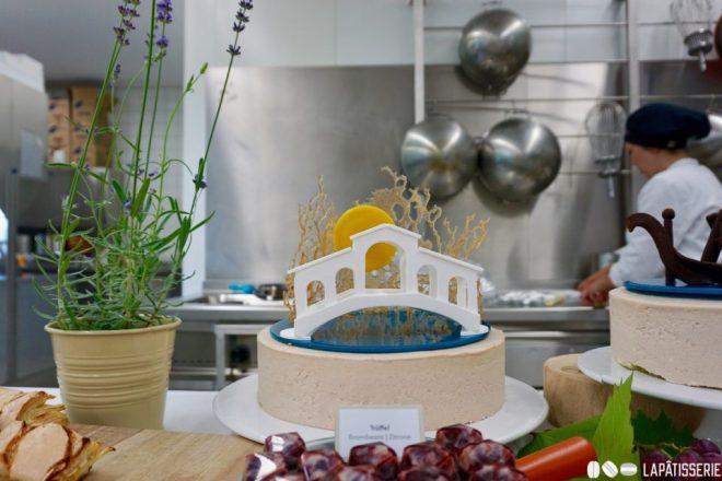 Die größte Torte bekam auch den aufwendigsten Aufsatz mit Isomalt und Gelatinezucker.