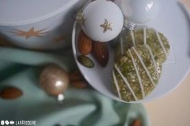 Filiert ist das süße und vegane Pistazienkonfekt gleich noch schöner für den Plätzchenteller.