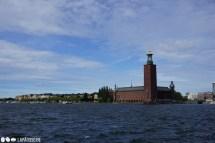 Das Rathaus von Stockholm steht ganz prominent an der Küste.
