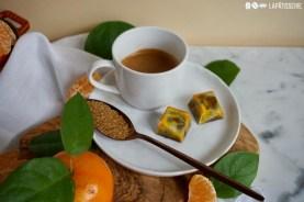 Eine Tasse Kaffee und dazu ein paar Pralinen mit Mandarine und Vollmilchschokolade.