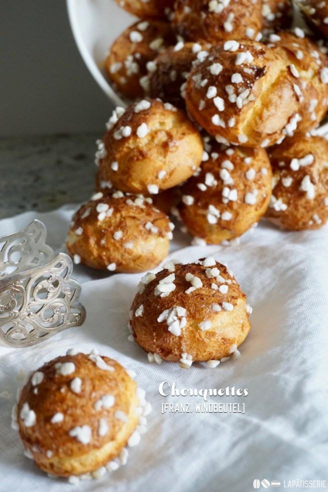 Kleine, französische Windbeutel. Ganz traditionell ohne Füllung, dafür richtig knusprig und lecker: Chouquettes!