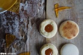 Im Inneren der Macarons lockt weicher Karamell, der perfekt mit dem Vanilleganache harmoniert.