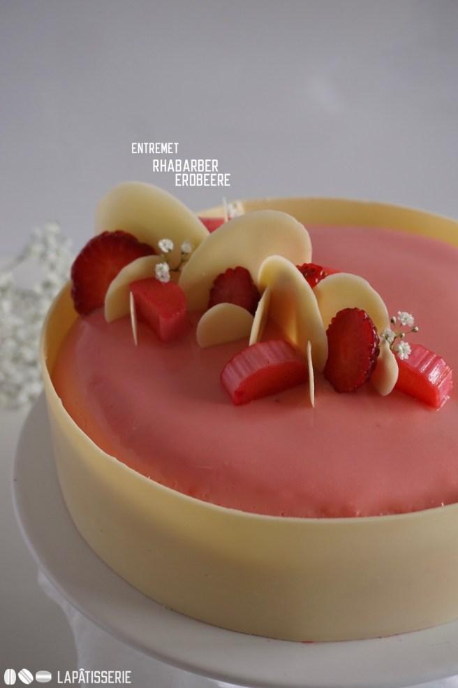 Wunderbares Entremet mit Rhabarber und Erdbeere. Abgerundet mit einer Ganache aus Vanille.