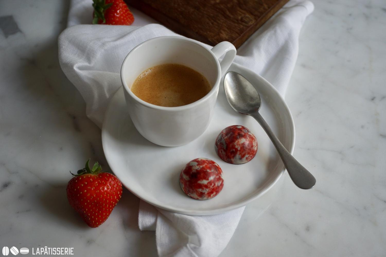 Kaffee und Pralinen sind eine perfekte Kombination.
