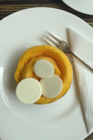 weiter ins noble Hotel Vier Jahreszeiten für eine kunstvoll gefächerte Mangotarte.