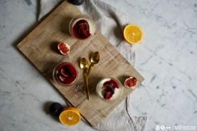 Kommt an meinen Desserttisch. Gedeckt mit Quarkmousse und marinierten Feigen.