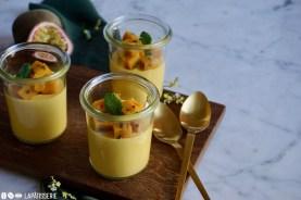Dessert im Glas mit Mango und Maracuja.