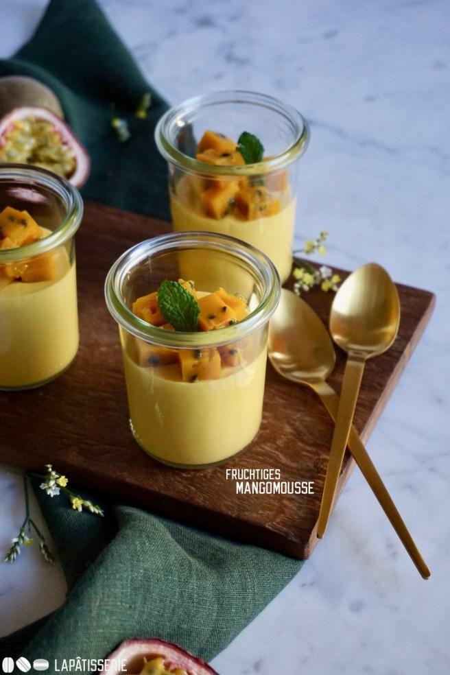 Exotisches Dessert im Glas im Mango und Maracuja.