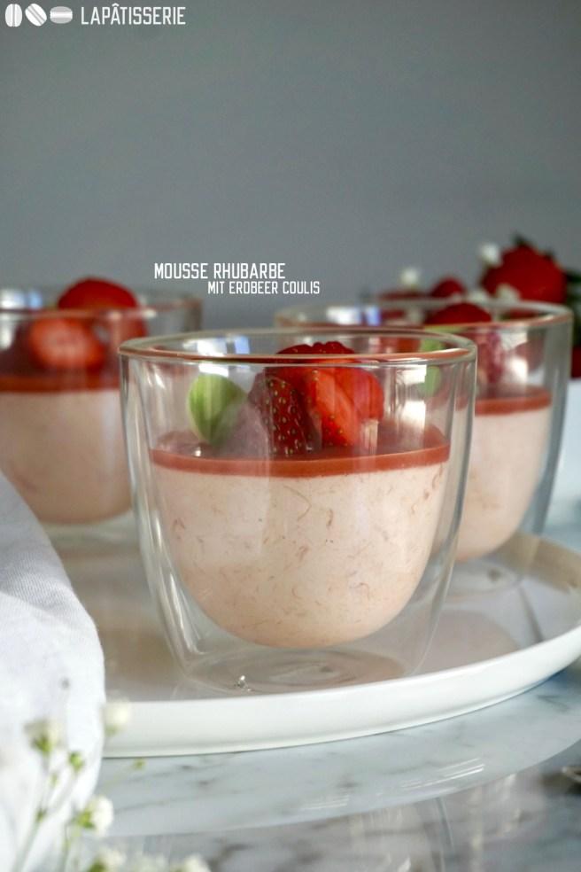Feine Mousse von Rhabarber mit fruchtigem Erdbeercoulis.