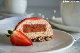 So sieht das Törtchen von Innen aus. Mit luftiger Mousse, fruchtigem Kern aus Erdbeere und Biskuit.