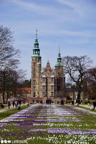 Das dänische Märchenschloss inmitten des königlichen Parks. Schöner könnte es nicht sein.