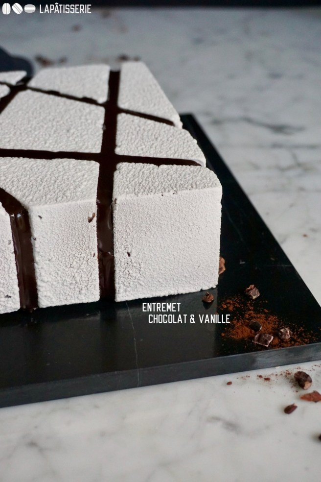 Hinter dem weißen Gewand verbirgt sich eine schokoladige Sünde mit dunkler Schokoladenmousse, Brownie und Crème Brûlée.