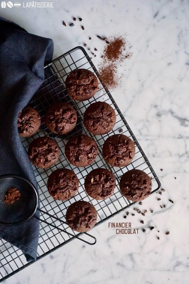 Kleine Financiers mit dunkler Schokolade und Kakao Nibs.
