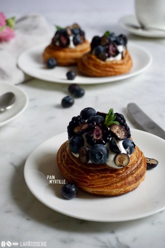 Feiner Croissantteig mit Mandelfüllung und frischen Beeren. So gut sind sommerliche Croissants.