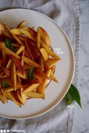 Sommerliche Pfirsich Tarte mit luftiger Mascarpone und Pfirsichkompott. So lässt sich es sich aushalten.