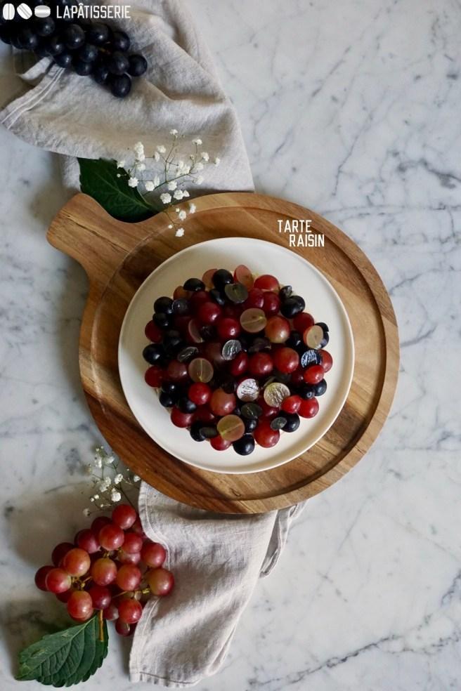 Wie wäre es mit einem Stück von dieser leckeren Tarte mit Trauben? Ergänzt mit Weingel und Orangensahne.