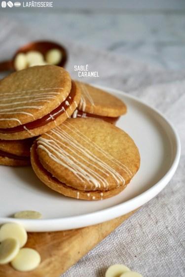 Süße Sablés Caramel: Feine Mandelkekse gefüllt mit Salzkaramell.