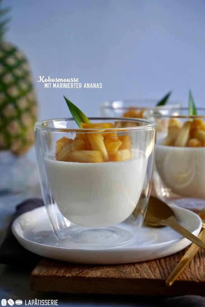 Ich liebe Kokosnuss und zusammen mit marinierter Ananas und Kokosmousse gibt es das perfekte, schnelle Dessert.