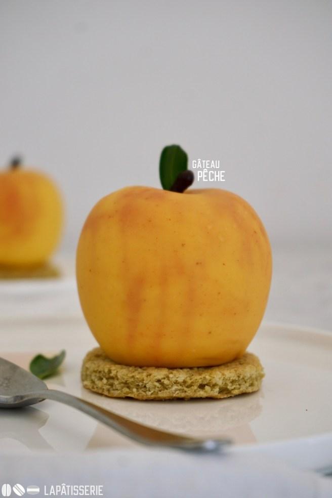 Sommerliches Törtchen, das aussieht wie ein Pfirsich und auch so schmeckt. Mit Pfirsichkompott und Pfirsichmousse.