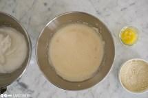 Schritt 2: Mandeln und Mehl unterheben. Butter schmelzen.
