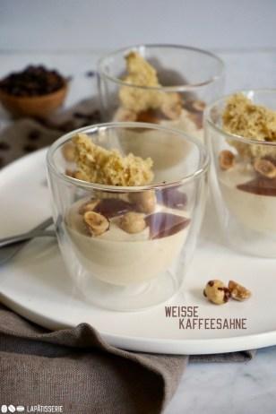 Dessert im Glas mit weißer Kaffeemousse, Kaffeegel und luftigem Haselnusssponge.