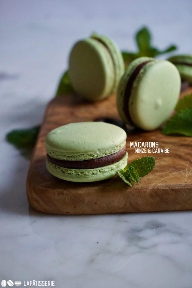 Feinste Macarons gefüllt mit einer dunklen Ganache und frischer Minze.