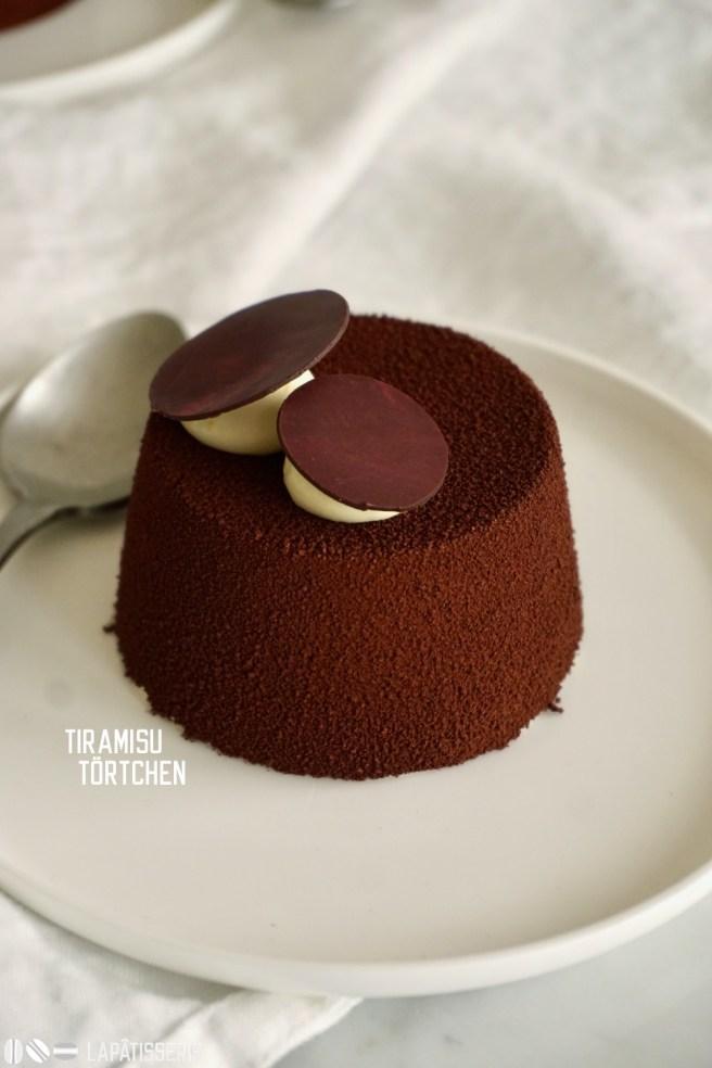 Ein Törtchen inspiriert vom Tiramisu mit Kahluagelee, Kaffeecremeux und luftiger Amarettomousse.