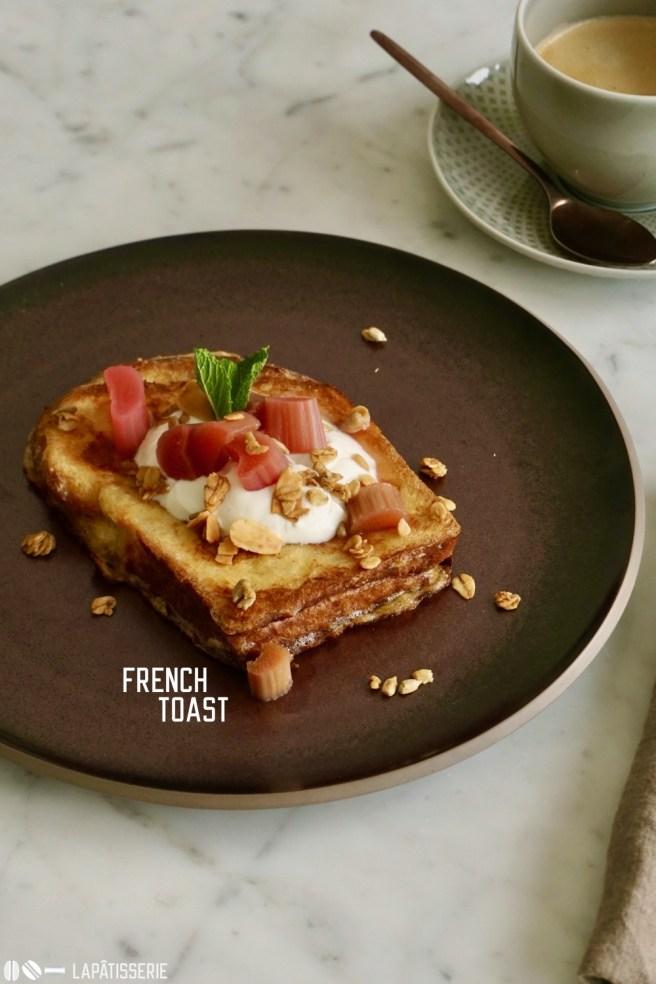 Am Wochenende kann man sich beim Frühstück mit einem French Toast verwöhnen. Dazu einige frische Früchte.