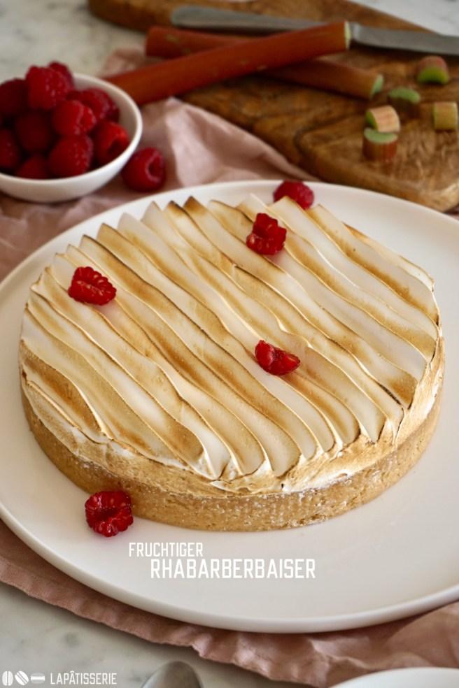 Leckerer Kuchen für den Frühling mit rosarotem Rhabarber und süßem Baiser. Eine wahrlich perfekte Kombination.