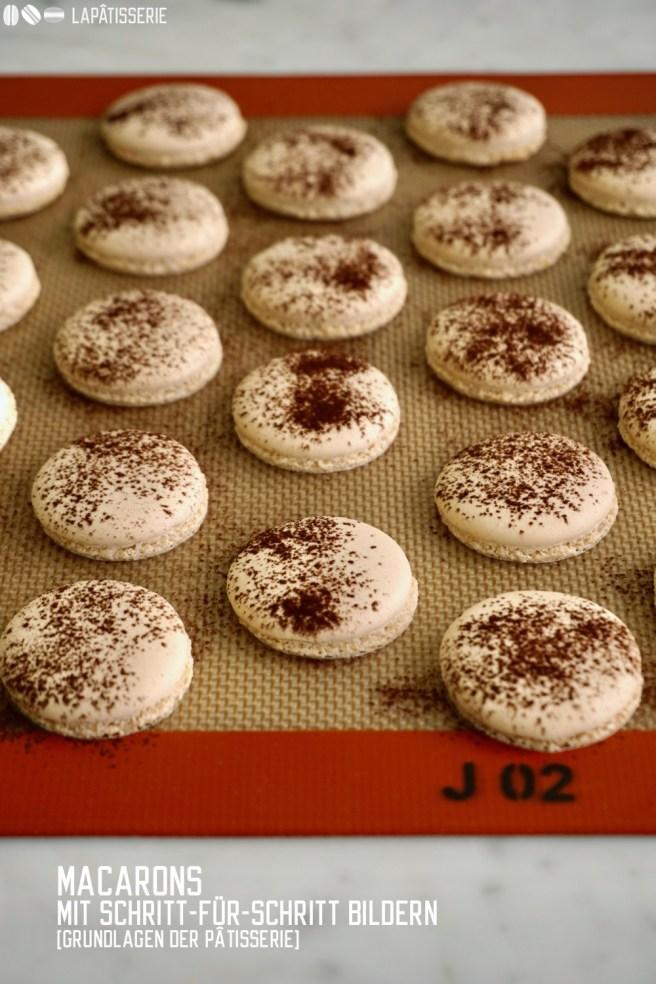 Das Grundrezept für Macarons mit viel Hintergrundwissen und Schritt-für-Schritt Bildern. Damit meistert jeder Macarons.