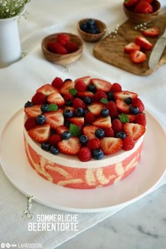 Fruchtige Sahnetorte mit Erdbeermousse, Dekorbiskuit und ganz vielen süßen Beeren.