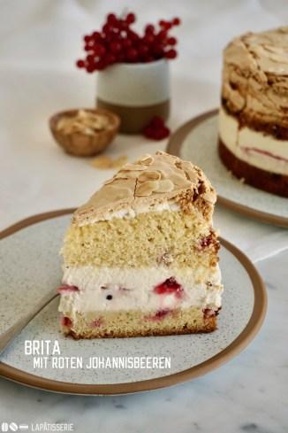 Feine Sandmasse, lockerer Baiser, luftige Vanillecreme und rote Johannisbeeren vereint in einer Brita-Torte.