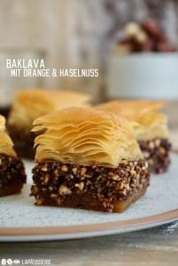 Süßes Baklava aus Filoteig mit einer Füllung aus Orange, Schokolade und Haselnüssen
