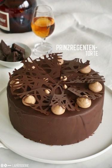 Die Prinzregententorte ist ein bayrischer Tortenklassiker mit 7 Biskuitböden, Schokoladenbuttercreme und Schokoladenüberzug.